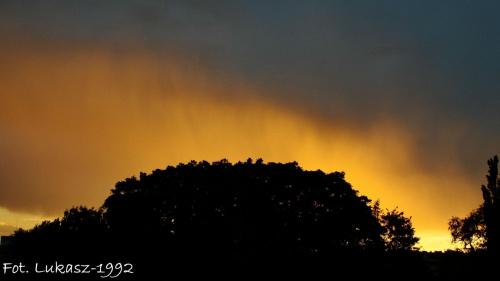 Mżawka podczas zachodu słońca #burza #deszcz #ksiezyc #księżyc #lato #pajęczyna #pejeczyna #slonce #słońce #wiosna