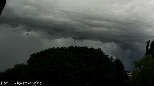 Burza nadciągająca nad Miasto #burza #deszcz #ksiezyc #księżyc #lato #pajęczyna #pejeczyna #slonce #słońce #wiosna