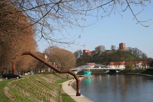 Brzegiem rzeki Wilii w kierunku Mostu Mendoga,rzeźba Vladasa Urbanavičiausa /Arkada nabrzeża/. #Wilno