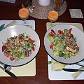 Pierś kurczaka na sałatce winegret w truskawkowym towarzystwie ;-) #jedzenie #gotowanie #kuchnia #sałatka #kolacja