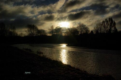 Koniec lutego. Lody na stawach puszczają. Wiosna nadchodzi. #lód #staw #wiosna #woda #WschódSłońca