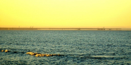 Fatamorgana, miraż górny. Z lewej strony port północny z prawej początek półwyspu helskiego, widok z plaży w Sobieszewie. #Fatamorgana #Hel #MirażGórny
