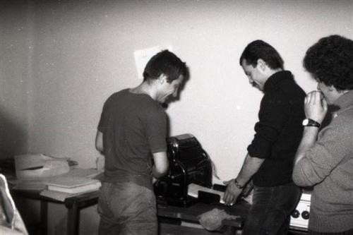 1980- drukarnia konspiracyjna KPN  przy ul.Kochanowskiego w Lublinie. Drukują: A.Rux,A.Olszewski,J.Pocheć