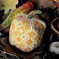 Igielnik w kształcie dyni wykonany haftem krzyżykowym i szyty ręcznie. #HaftKrzyżykowy #igielnik #rękodzieło #dynia