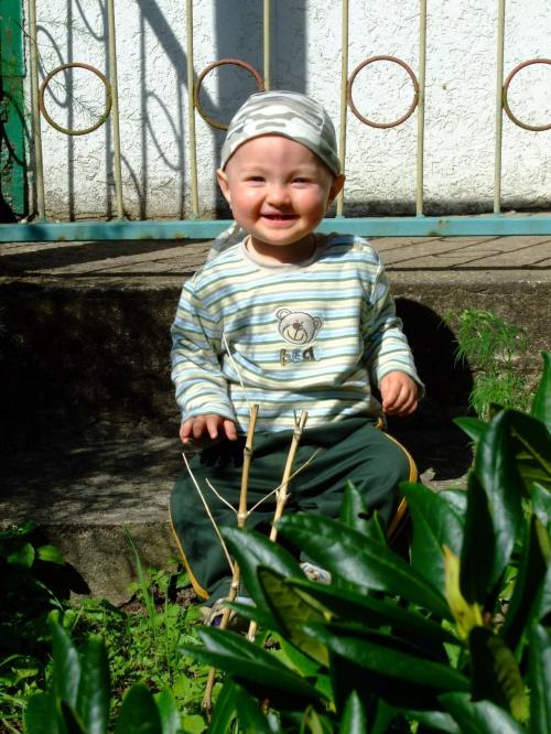 Iguś w ogródku u cioci