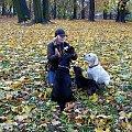 """trochę jesieni...po tresurze Hanka nagradza nasze """"dziewczynki"""", Xenę, Lukę, Ness #jesień #Gdańsk #park #psy #labradory #Hanka #Ness #Luka #Xena"""