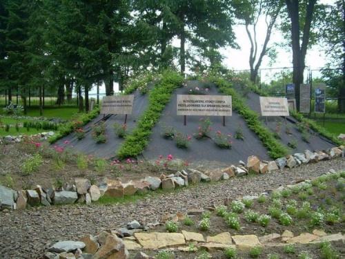 Kolejna góra w ogrodzie symbolizuje Górę Ośmiu Błogosławieństw . Na każdym z boków wypisano jedno z ośmiu błogosławieństw . Za kilka lat gdy porośnie kwiatami będzie kontrastować z surową pustynną Górą Synaj ...